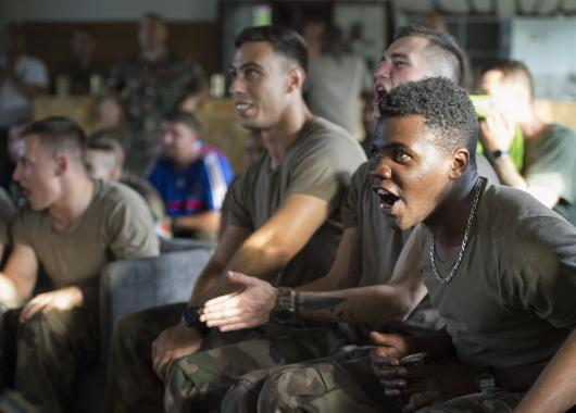 Soldats regardant un match de foot